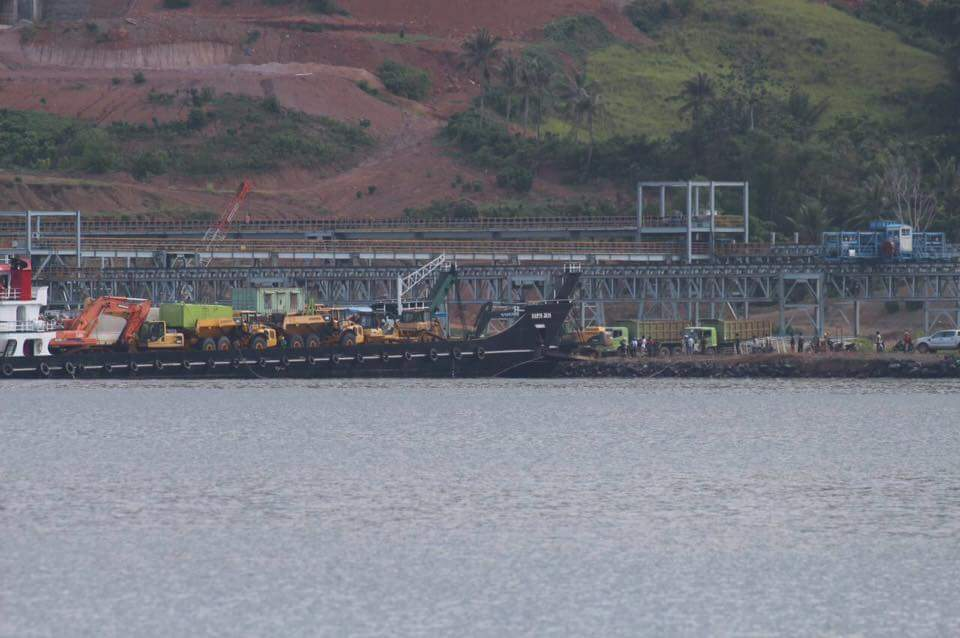 Aktifitas Bongkar Muat Alat Berat PT MMP di Pulau Bangka [Foto: Save Bangka Island]