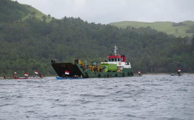Kapal Nelayan Menghadang Kapal PT MMP [Foto: Ist]