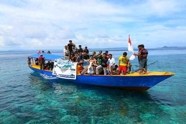 Aksi Warga Pulau Bangka yang Menolak Tambang Bijih Besi PT MMP [Foto: Mongabay]