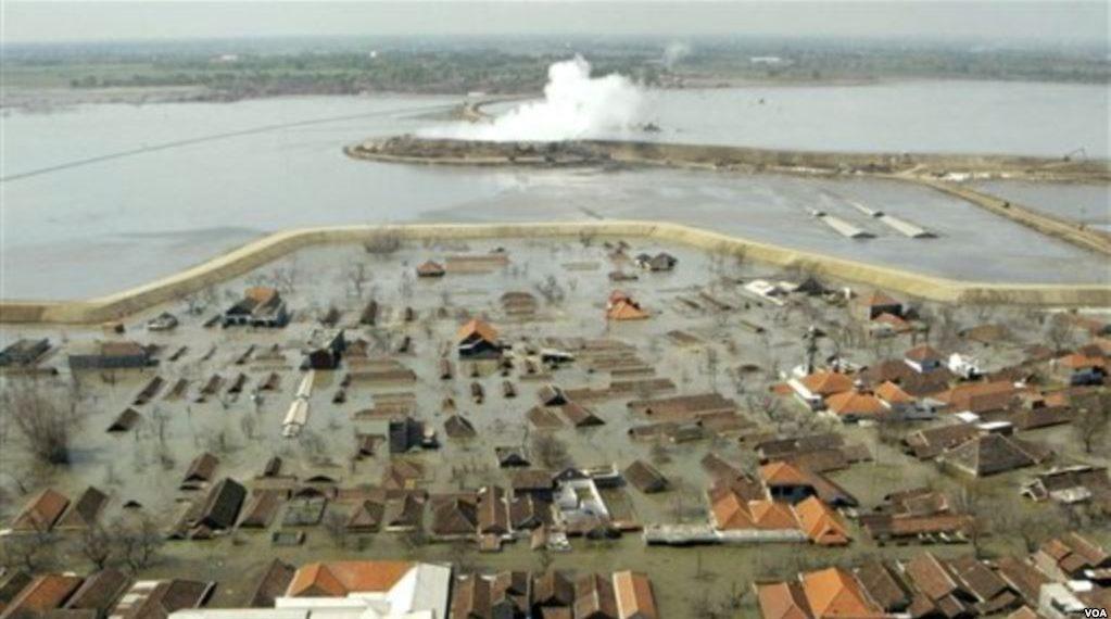 Foto udara semburan lumpur yang menggenangi desa-desa di Sidoarjo. Sebagian ilmuwan memperkirakan lumpur tersebut akan terus mengalir selama 26 tahun, bahkan ada yang memperkirakan hingga 80 tahun mendatang. Foto: VOA Indonesia