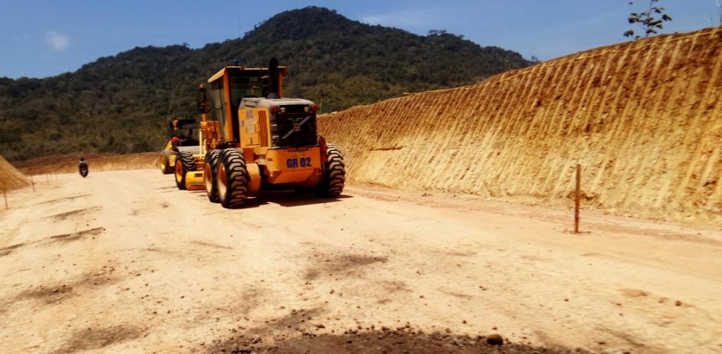 Aktivitas penambangan emas di Hutan Lindung Gunung Tumpang Pitu pada bulan Oktober 2015. Tampak alat berat milik PT Bumi Suksesindo (BSI) melintas kawasan yang dulunya hutan. (foto: dok. BaFFEL)