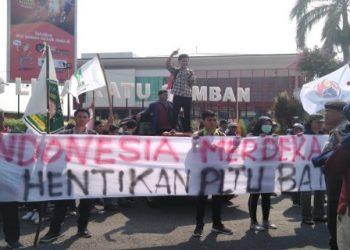 Badan Eksekutif Mahasiswa(BEM) Universitas Bengkulu (Unib) kembali melakukan Seruan aksi dengan tema 'Merdeka dari energi kotor yang berlangsung di Simpang 5 Ratu Samban Kota Bengkulu'. Foto: RMOL Bengkulu
