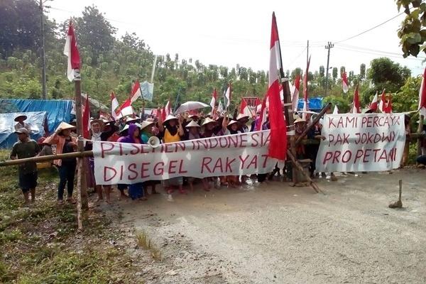 Warga Pegunungan Kendeng Kabupaten Rembang pada hari Jumat (10/2) melakukan aksi menyegel pabrik semen di Kecamatan Gunem Kabupaten Rembang, Jawa Tengah. (Foto: JMPPK)