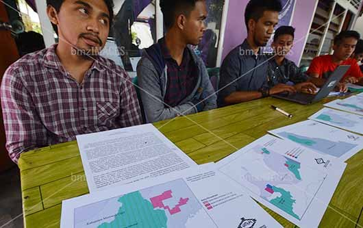 Aktivis Jaringan Advokasi Tambang (Jatam) Sulawesi Tengah memaparkan peta kawasan hutan konservasi yang telah dirambah oleh perusahaan tambang di Palu, Sulawesi Tengah, Rabu (12/4/2017). Jatam menemukan sedikitnya ada 18 perusahaan tambang di Sulawesi Tengah yang beroperasi di kawasan hutan konservasi dan dipastikan merusak lingkungan dan karenanya meminta pemerintah untuk mencabut Izin Usaha Pertambangannya (IUP). (Foto: bmzIMAGES/Basri Marzuki/17)