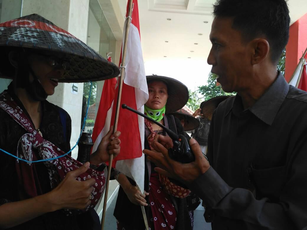 Sejumlah Petani Kendeng datangi Kantor DPP PDI Perjuangan. Mereka hendak bertemu Megawati Sukarnoputri, Menagih Janji atas Ingkar Janji Gubernur Ganjar Pranowo