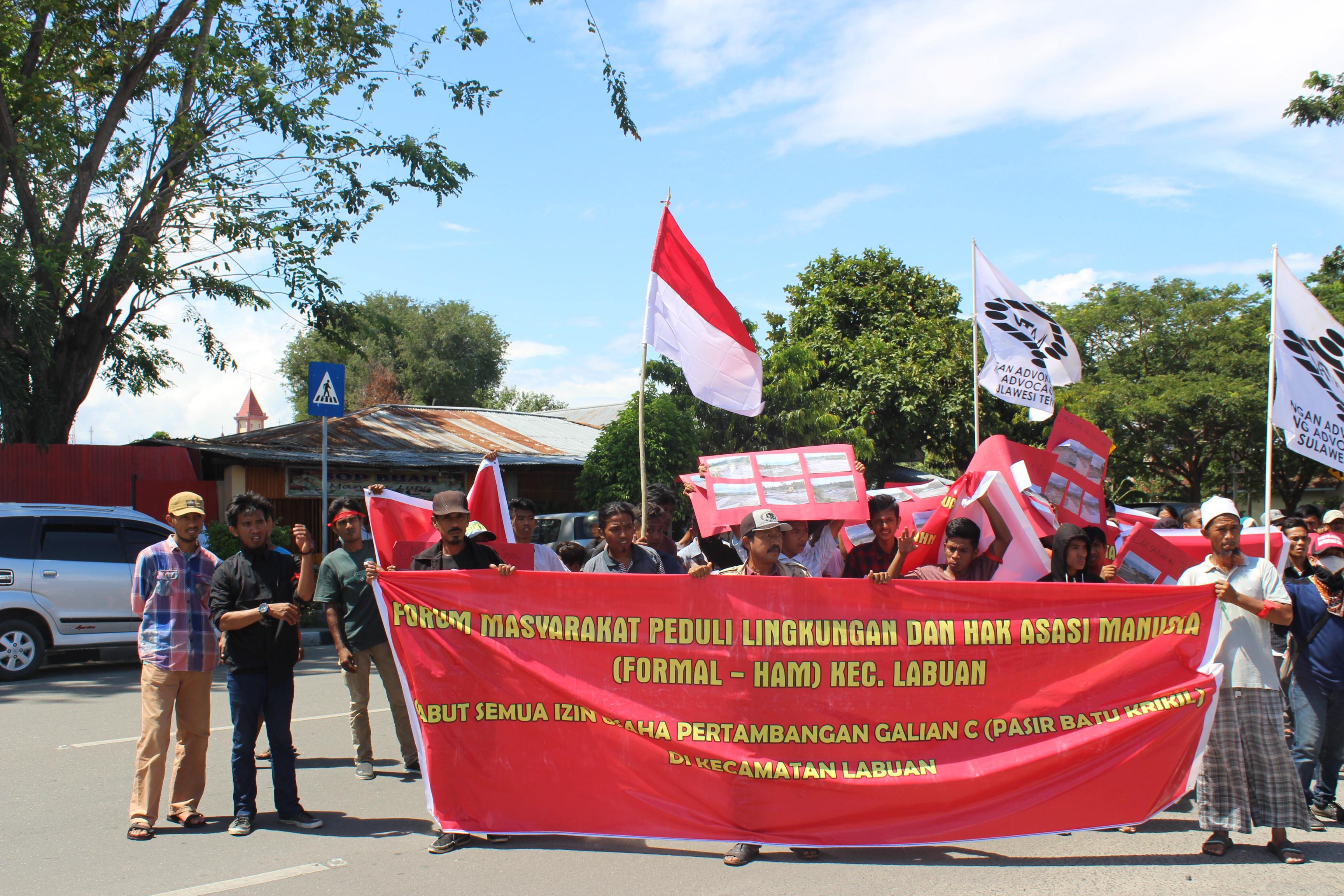 Forum Masyarakat Peduli Lingkungan dan Hak Azasi Manusia (FORMAL-HAM) menggelar aksi damai di Kantor DPRD Donggala, Selasa (8/8/2017). Foto: JATAM Sulteng