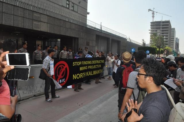 Para aktivis JATAM menggelar aksi di depan Kantor Kedubes Jepang - Jakarta, menuntut penghentikan investasi batubara Jepang di Kalimantan Utara