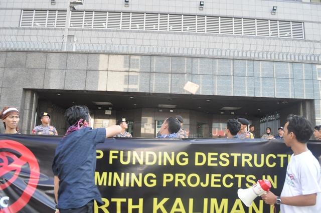 Aktivis JATAM melempar sebua dokumen yang berisi laporan tindak pidana lingkungan yang dilakukan perusahaan tambang batu bara sokongan Jepang ke Kantor Kedubes Jepang. Aksi pelemparan dokumen ini dilakukan setelah sebelumnya perwakilan Kedubes Jepang enggan menandatangani surat terima laporan yang disodorkan JATAM.
