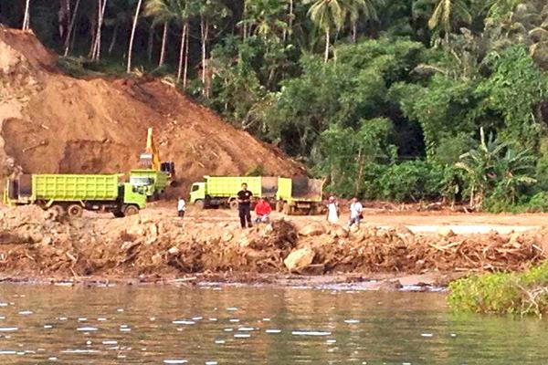Akat-alat berat terus bekerja Pulau Bangka, Sulut. Foto: Save Bangka Island
