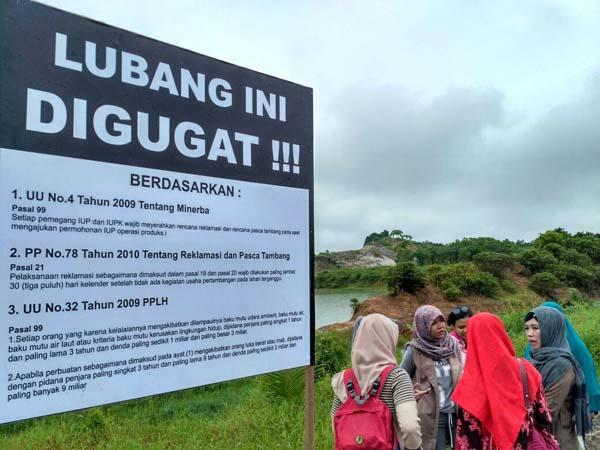 Plang gugatan dipasang untuk menolak diam atas hukum yang jalan di tempat. Foto: Jatam Kaltim