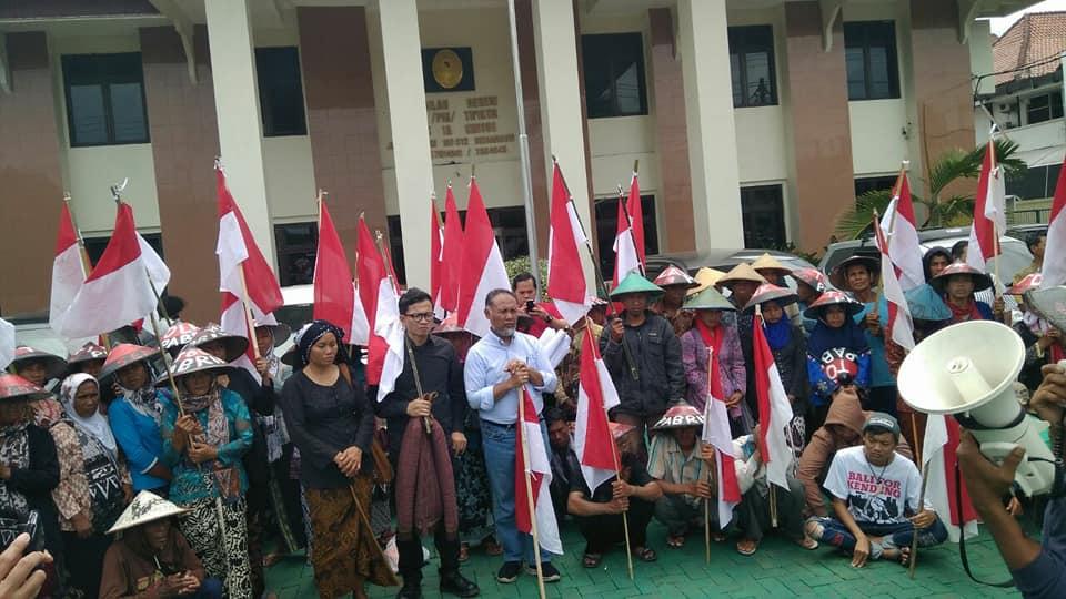 Para Petani Kendeng mengantarkan Pra Peradilan Joko Prianto di PN Semarang. (Foto: JM-PPK)