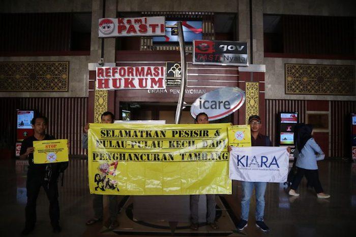Para Aktivis JATAM, Greenpeace, KIARA yang tergabung dalam Koalisi Selamatkan Pulau Kecil membentang spanduk yang bertuliskan Selamatkan Pesisir dan Pulau-Pulau Kecil dari Penghancuran Tambang di Kantor Kementerian Hukum dan HAM RI.