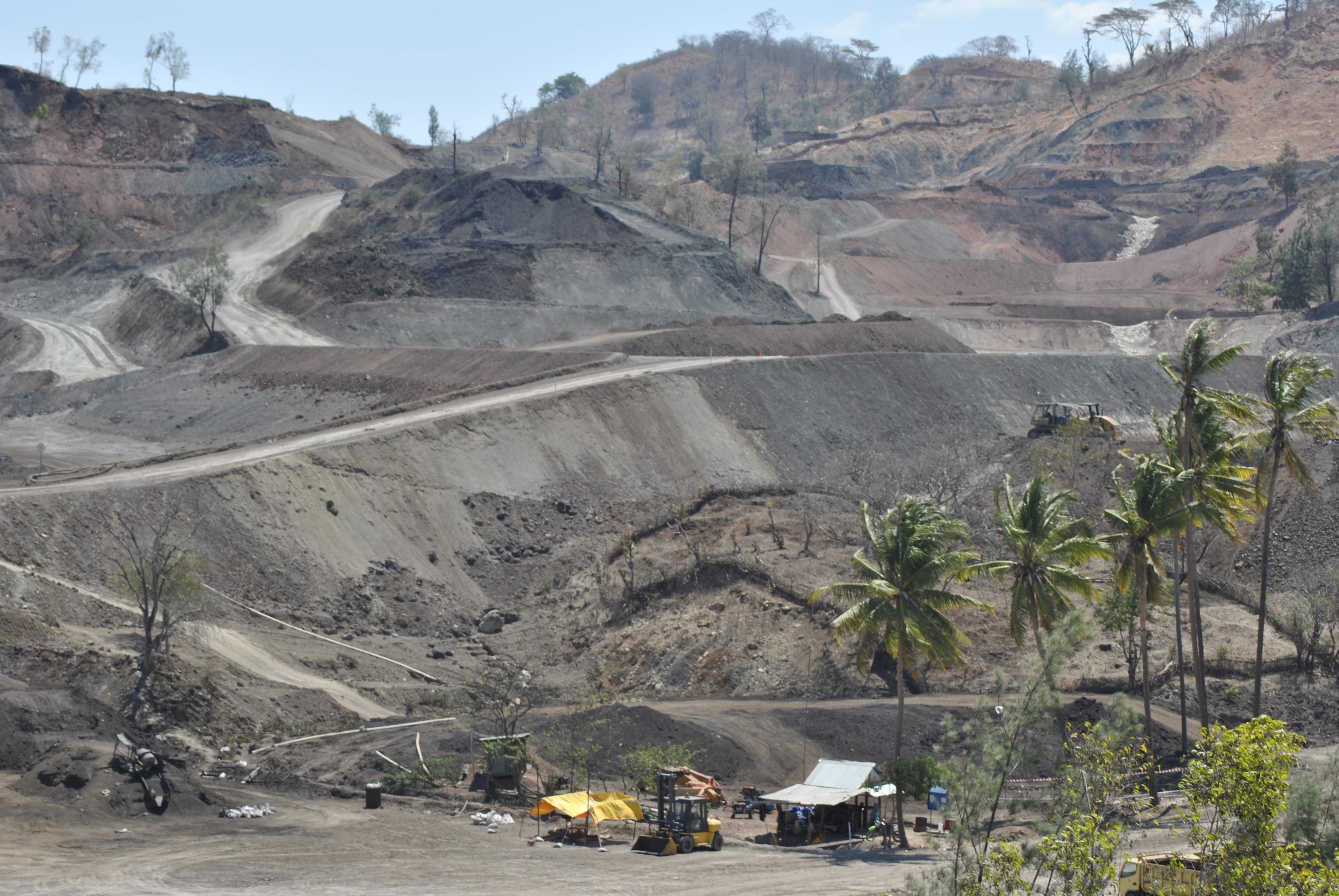 Pertambangan Mangan PT Soe Makmur Resources di Desa Supul, Kecamatan Kuatnana, Kabupaten Timor Tengah Selatan, NTT. Izin Tambang perusahaan ini diberikan Gubernur NTT, Frans Lebu Raya, dan berakhir pada 2032.