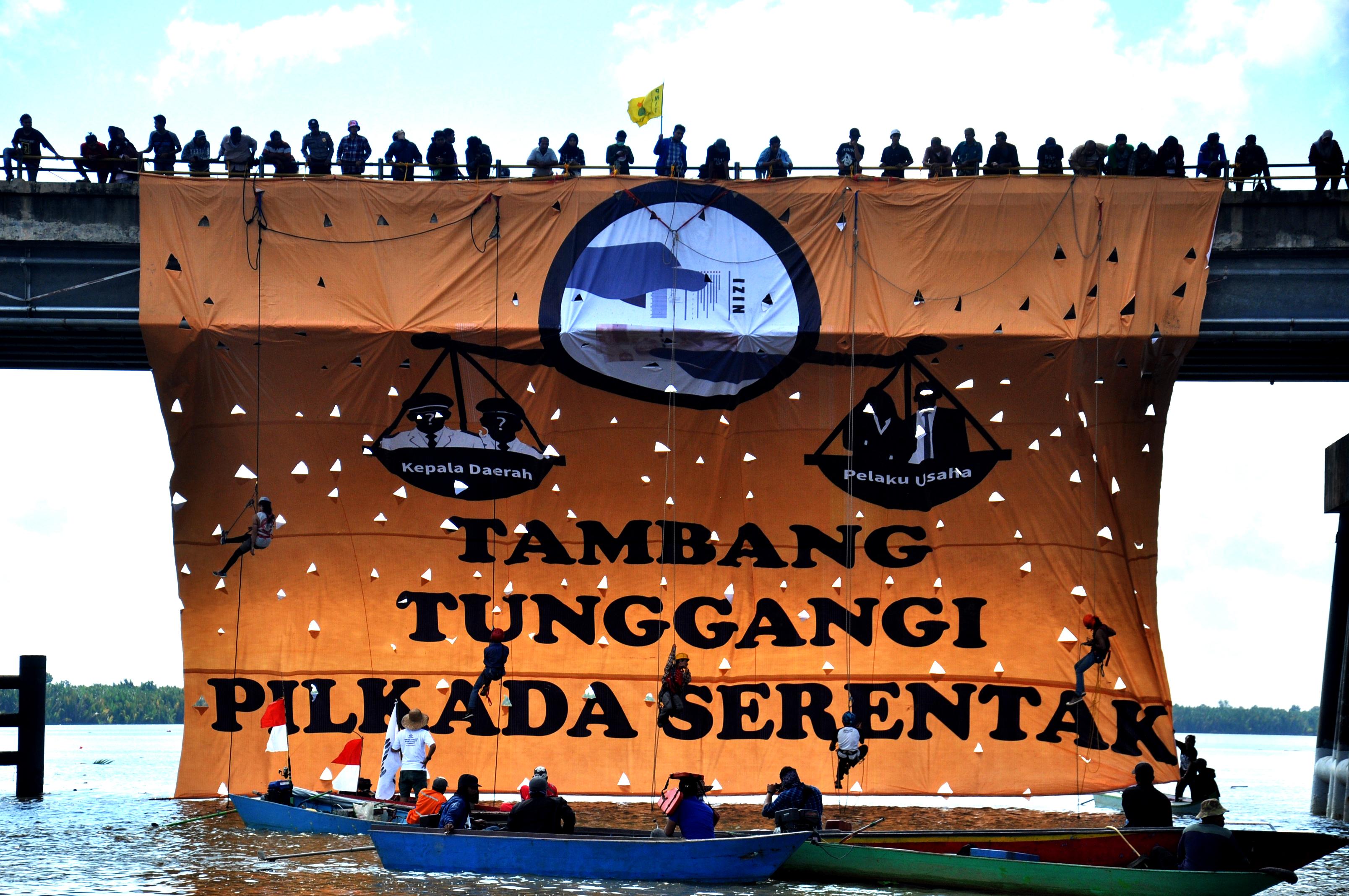 Aksi Blokade Tongkang Batubara yang dilakukan Koalisi Anti Mafia Tambang dan Sawit di Sungai Dondang, Kecamatan Muara Jawa, Kabupaten Kutai Kartanegara, kalimantan Timur