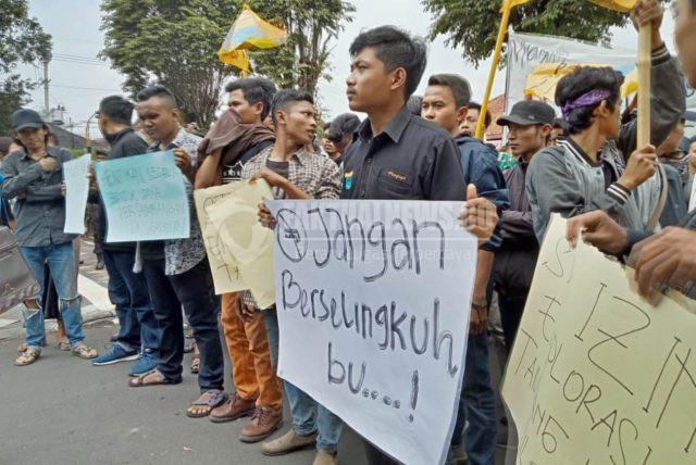 FaktualNews.co/Muhammad Hatta/ Puluhan aktivis PMII melakukan aksi menolak izin tambang Blok Silo, di Jember