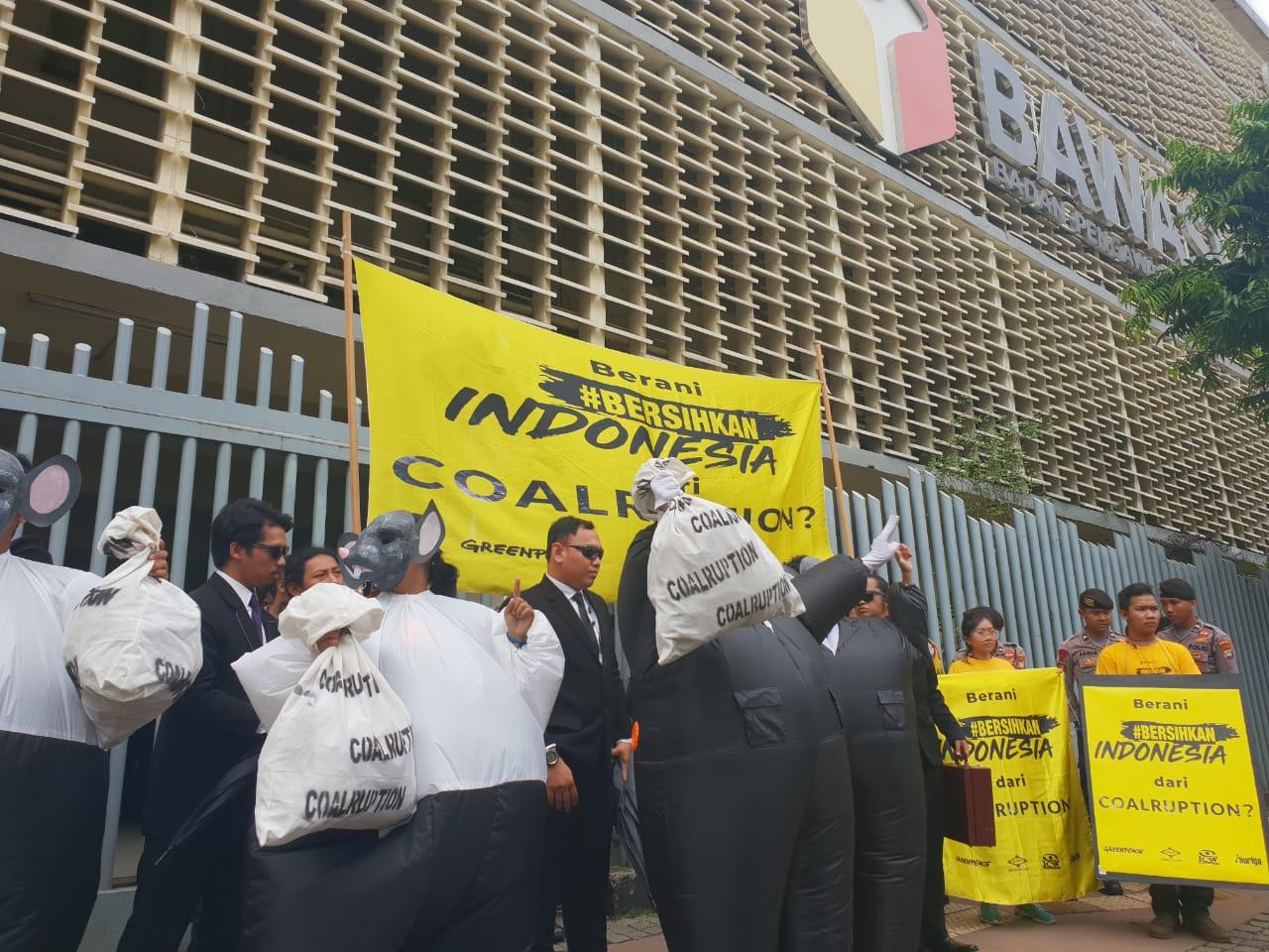 Koalisi #BersihkanIndonesia (Greenpeace, JATAM, Auriga, ICW) menggelar aksi di Kantor Bawaslu RI, Jakarta