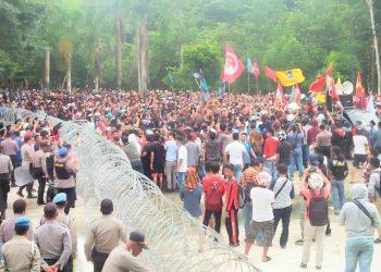 Masyarakat bersama Mahasiswa di Kendari melakukan aksi, menuntut pencabutan seluruh izin tambang di Pulau Wawonii