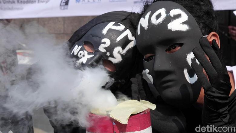 Sejumlah peserta aksi lainnya nampak mengenakan topeng hitam dan beragam atribut lainnya untuk menunjukkan dampak dari pengembangan batu bara bagi lingkungan dan masyarakat.