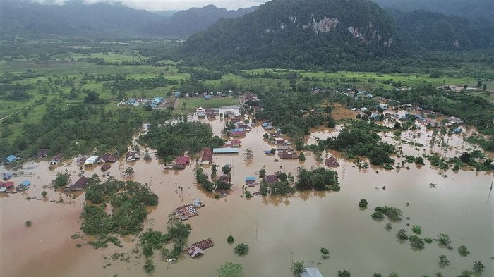 Foto udara kondisi banjir bandang yang merendam rumah warga di Kecamatan Asera, Kabupaten Konawe Utara, Sulawesi Tenggara, Selasa (11/6/2019). ANTARA FOTO/Oheo Sakti.