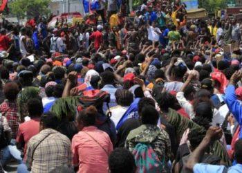 Warga Jayapura, Papua, melakukan aksi unjuk rasa, Senin (19/8/2019). Mereka memprotes insiden yang menimpa mahasiswa Papua di Malang dan Surabaya, Jawa Timur. (Foto: ANTARA/Gusti Tanati)