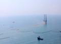 Penanganan tumpahan minyak dari sumur pengeboran YYA-1 milik PT PHE ONWJ di sekitar anjungan di perairan Karawang, Jabar. Penanganan dengan memasang jaring static oil boom, jaring movable oil boom untuk menghadang tumpahan minyak dan 39 kapal pengangkutnya. Foto : Pertamina/Mongabay Indonesia