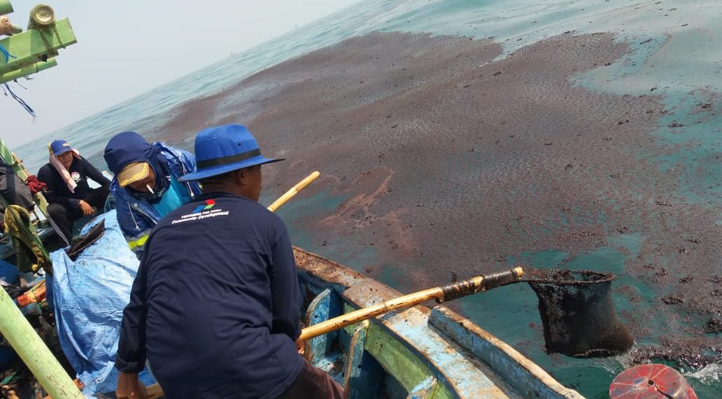 Nelayan menangkap ceceran limbah padat B3 dari tumpahan minyak yang berasal dari bocoran semburan sumur lepas pantai millik PT Pertamina Hulu Energi Offshore North West Java (PHE ONWJ) di perairan Karawang, Jabar, pada Juli 2019. Foto : KIARA/Mongabay Indonesia
