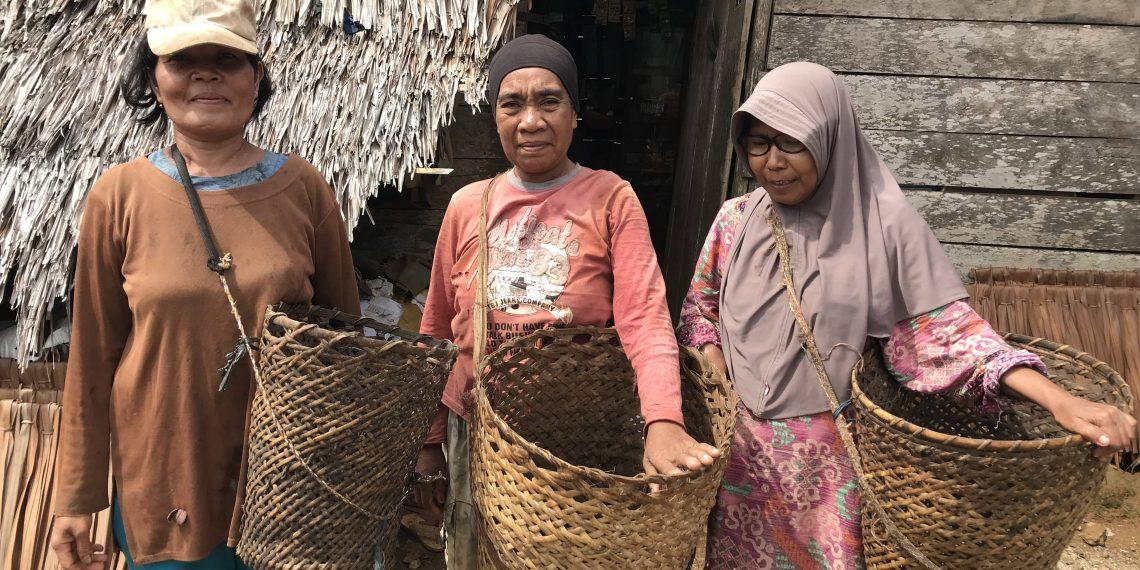 Ratna, Nurbaya dan Nur Halima, bersiap menuju kebun mete milik warga setempat untuk memungut biji mete. Foto: Kamarudin/ Mongabay Indonesia