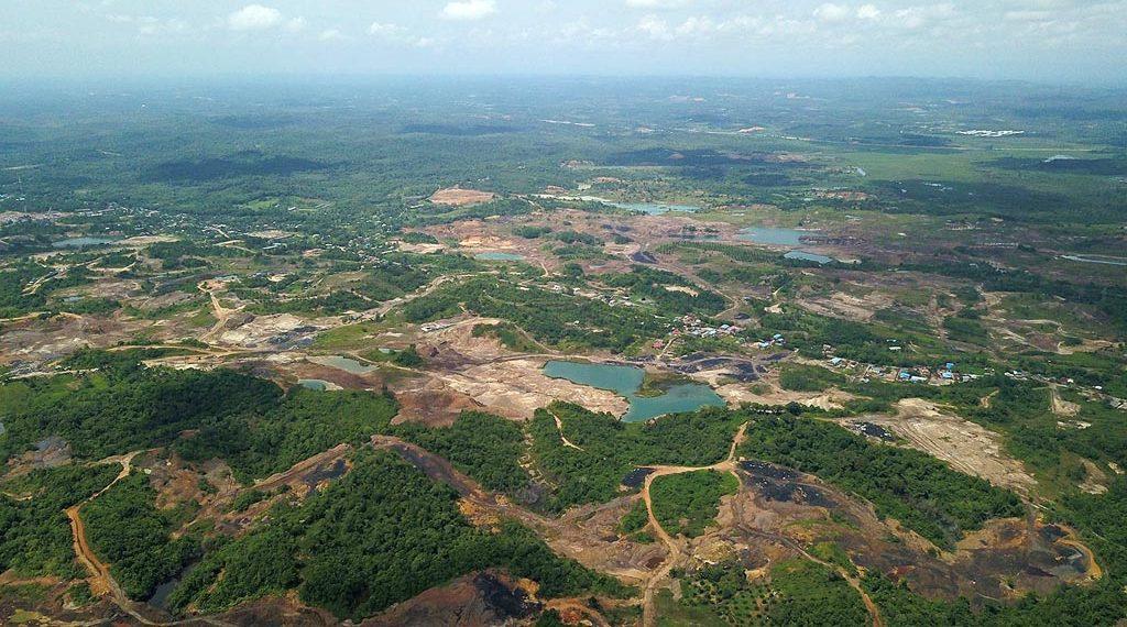 Penggalian tambang batubara yang masih beroperasi di kawasan konservasi Taman Hutan Raya Bukit Soeharto, Kutai Kartanegara, Kalimantan Timur, Jumat (23/11/2018). Kawasan konservasi alam ini seharusnya dilindungi dan terbebas aktivitas pertambangan yang berakibat kerusakan hutan dan lingkungan serta sumber daya alam seperti air bersih.