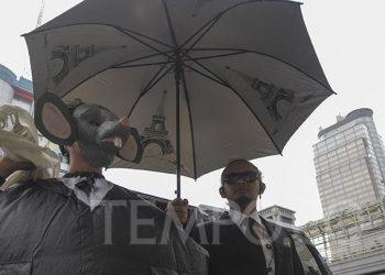 """Massa yang tergabung dalam Koalisi Bersihkan Indonesia mengenakan kostum tikus saat melakukan aksi """"Bersihkan Politik Indonesia dari Batu Bara"""" di Jalan M.H. Thamrin, Jakarta, Selasa, 15 Januari 2019. Dalam sebuah laporan terbaru 'Coalruption: Elite Politik dalam Pusaran Bisnis Batu bara'' yang dikeluarkan oleh Greenpeace, Auriga, JATAM, dan ICW, disebutkan bahwa para elite politik banyak terlibat dalam bisnis batu bara. TEMPO/Muhammad Hidayat"""
