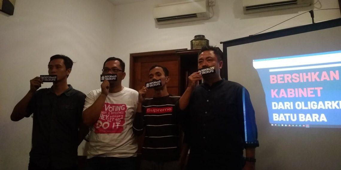 Aktivis dari Koalisi #BersihkanIndonesia menggelar diskusi media tentang Bersihkan Kabinet dari Oligarki Tambang di Jakarta, Sabtu (19/10).