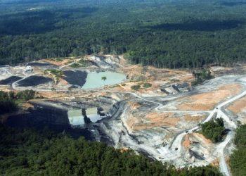 Pegiat lingkungan menyebut terdapat nyaris 1.800 lubang tambang di Kaltim. Sementara jumlah versi pemerintah hanya mencapai sekitar 500 lubang. Foto: AFP/ROMEO GACAD