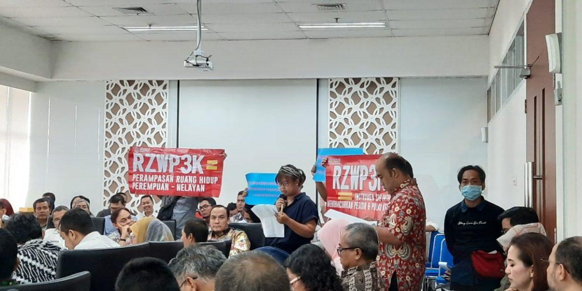 Aliansi Masyarakat untuk Keadilan (AMUK) Bahari membentang spanduk penolakan saat pembahasan draft final Ranperda RZWP3K Provinsi Kaltim