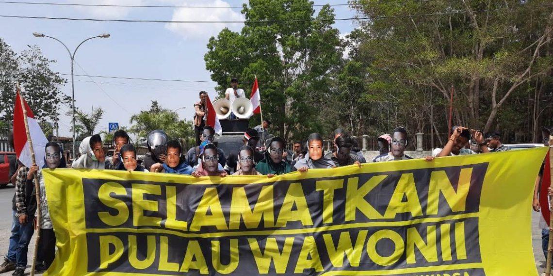 Perhimpunan Mahasiswa dan Masyarakat Wawonii menggelar aksi di Polda Sulawesi Tenggara (2/12/2019}. Massa aksi mendesak polisi untuk menghentikan proses hukum bagi 27 warga yang dilaporkan pihak PT Gema Kreasi Perdana dan mendesak Gubernur Sultra untuk mencabut izin tambang PT GKP.