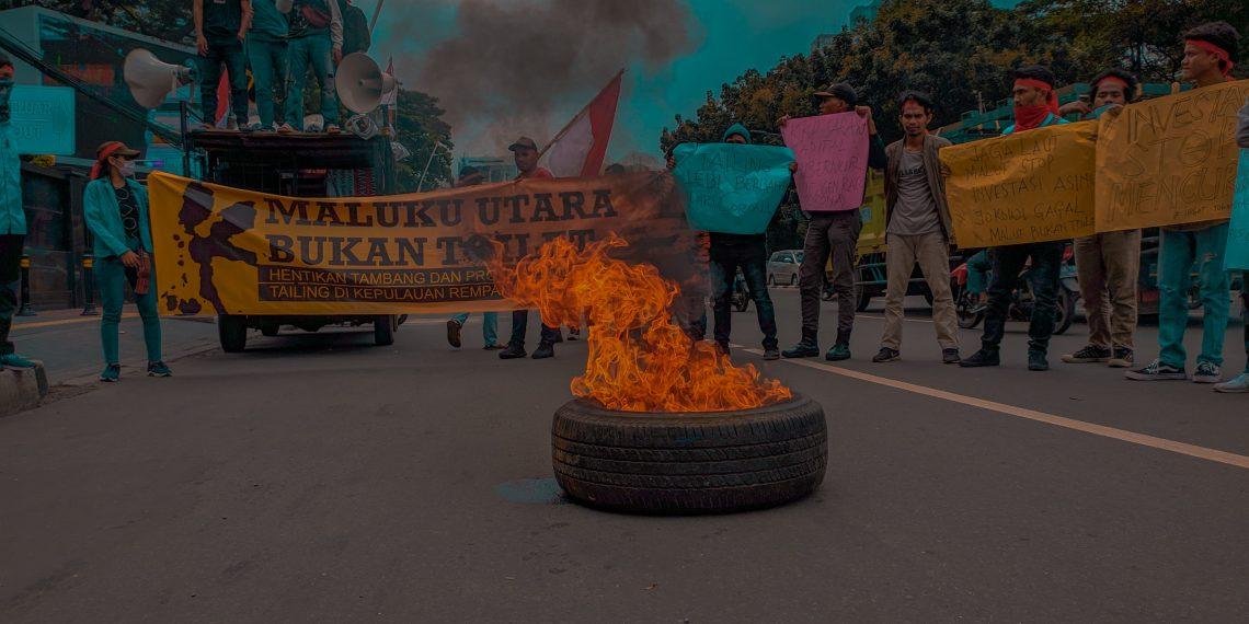 Puluhan Mahasiswa yang tergabung dalam Forum Mahasiswa Maluku Utara menggelar aksi di kantor Kemenetrian Kelautan dan Perikanan (KKP) di Jakarta, Kamis (12/03/2020)