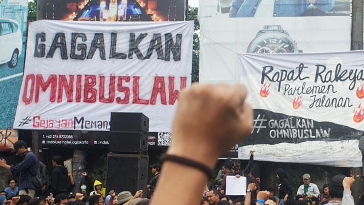 Aktivis yang tergabung dalam Aliansi Rakyat Bersatu (ARB) melakukan aksi damai #GejayanMemanggil Menolak Omnibus Law di Gejayan, Sleman, D.I Yogyakarta, Senin, 9 Maret 2020. ANTARA/Andreas Fitri Atmoko