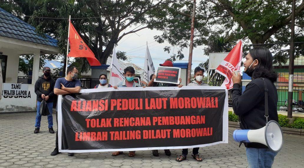 Aliansi Peduli Laut Morowali gelar aksi di Kantor Gubernur dan Dinas KKP Sulteng. Mereka Desak Pemerintah untuk Menolak Rencana Pembuangan Tailing ke Laut Morowali